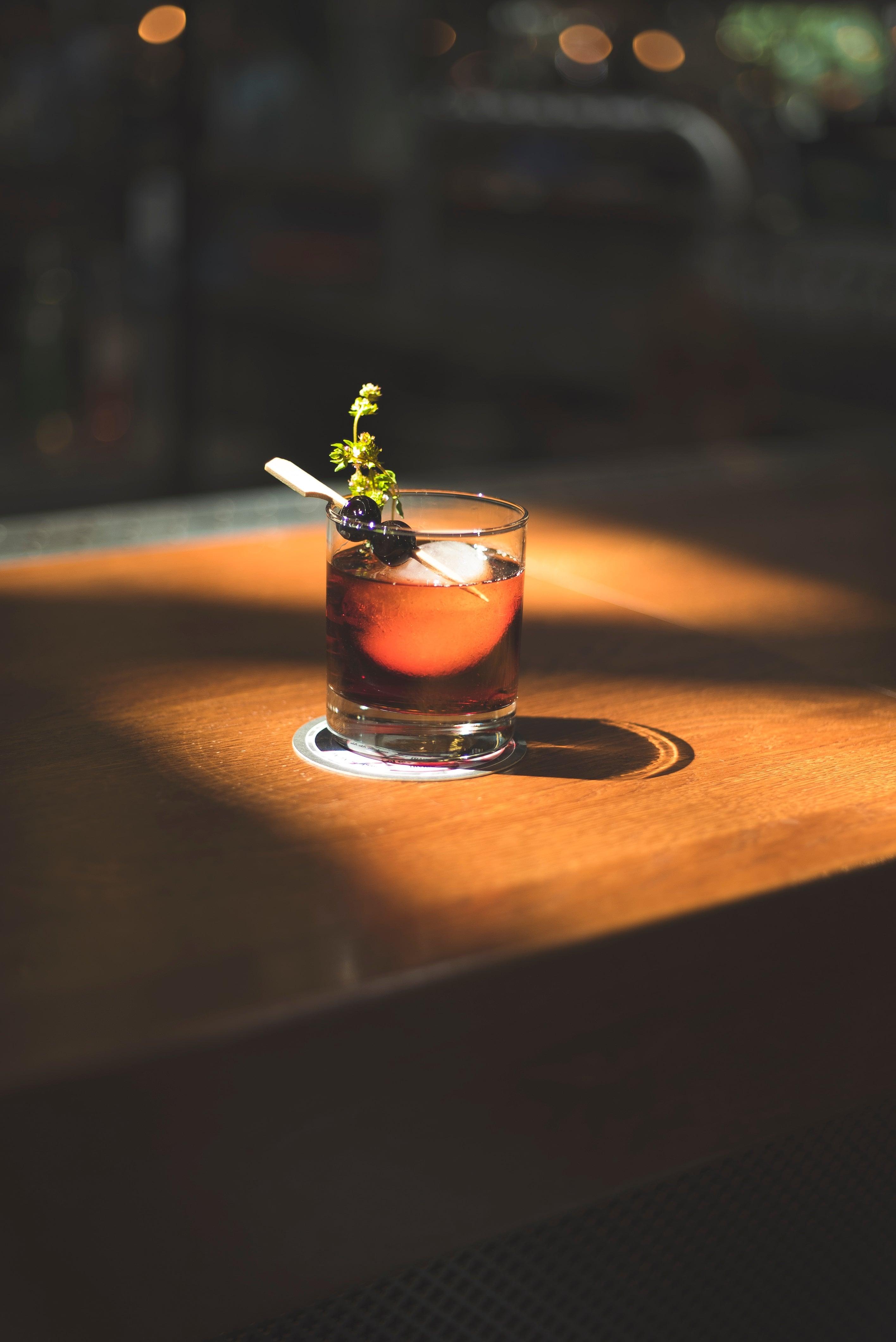Nahaufnahme eines Longdrinks an der Bar des Rodeo Steakouses Bremen